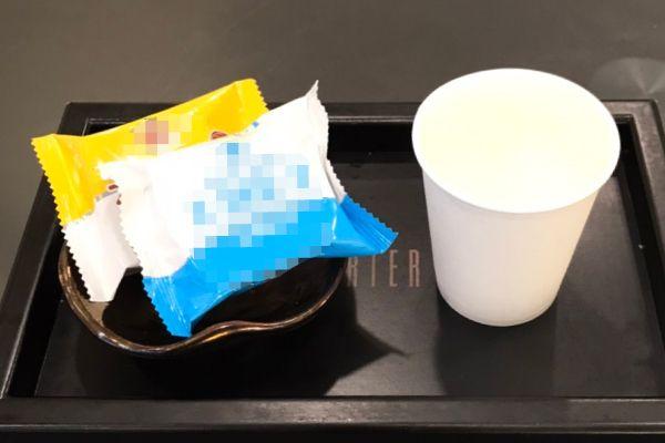 店內所有備品皆採用「拋棄式」一次性產品,提供紙杯,甜點改為單包裝口糧餅乾。
