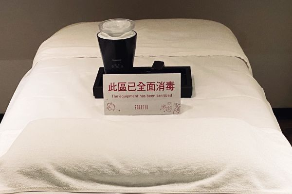 VIP室按摩床消毒,每次客人按摩結束後,均使用「酒精與次氯酸水」擦拭。